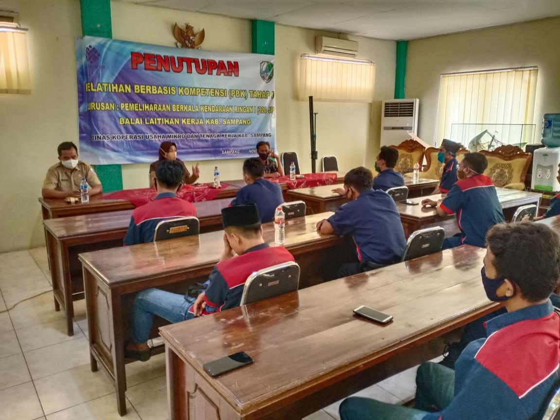 Diskumnaker Sampang Tutup Pelatihan Berbasis Kompetensi Tahap 1 Pemeliharaan Kendaraan Ringan