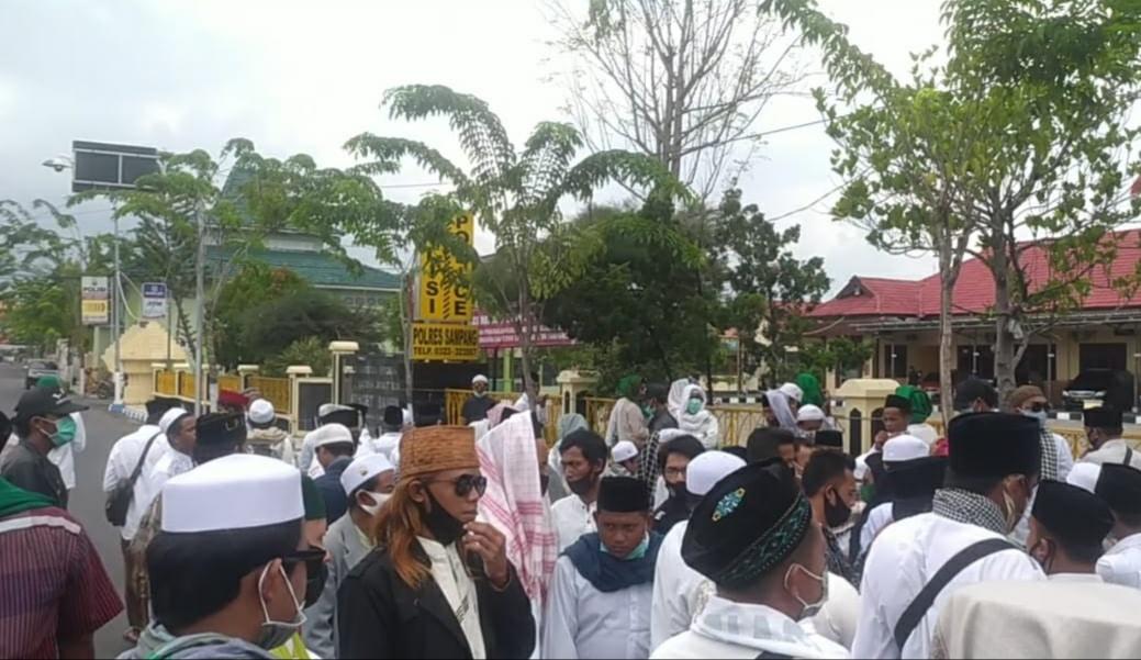 Bela Habib Rizieq Shihab, Simpatisan FPI Sambai Mapolres Sampang