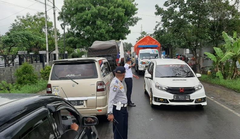 Akibat Banjir, Tumpukan Kendaraan Sejauh 5 Kilometer Terjadi di Jalan Raya Blega