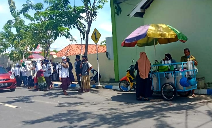 Pedagang Kaki Lima Untung Dua Kali Lipat Berkat Demo - Sampang