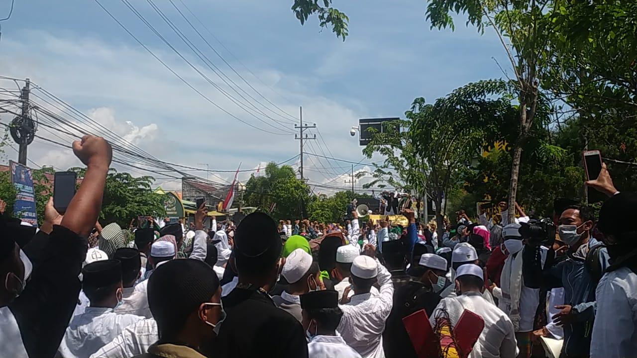 Tuntut Keadilan, Ratusan Massa Pendukung FPI Datangi Mapolres Sampang