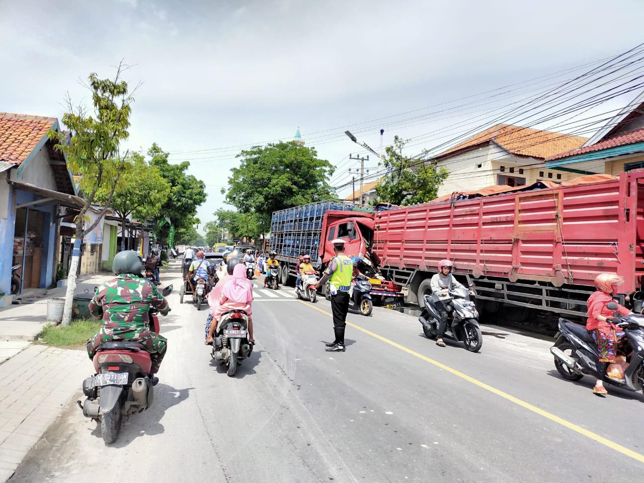 Supir Mengantuk, Truk Fuso Tabrak Truk Tronton di Sampang