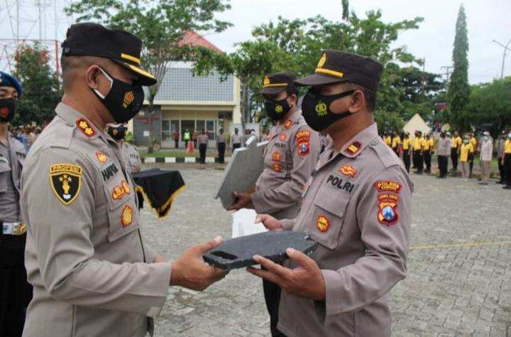 Peduli Kesejahteraan Petani, Kapolres Sampang Serahkan 2 Handtraktor Kepada Polsek Jajaran