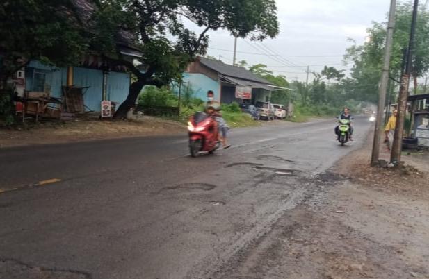 Warga Keluhkan Kerusakan Jalan Provinsi di Sampang - Salsabila FM
