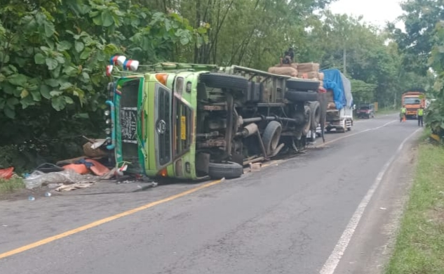 AS Roda Patah, Truk Bermuatan Tembakau Terguling di Blega Bangkalan