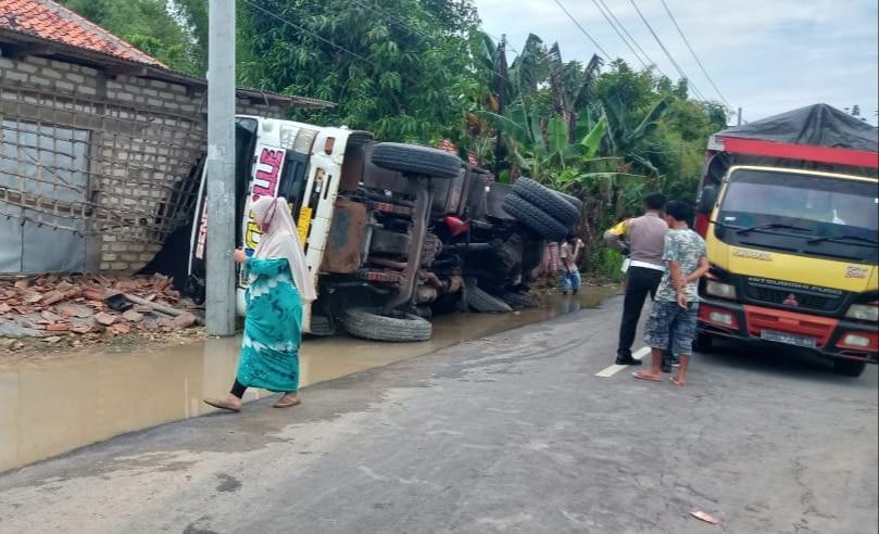 Truk Terguling Timpa Rumah Warga, Akses Jalan Sampang Ketapang Terganggu