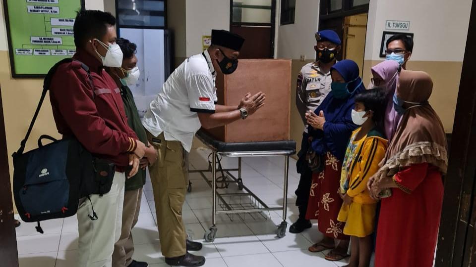 Jenazah Korban Tenggelam Kapal TB. Mitra Jaya XIX Diserahkan Ke Pihak Keluarga