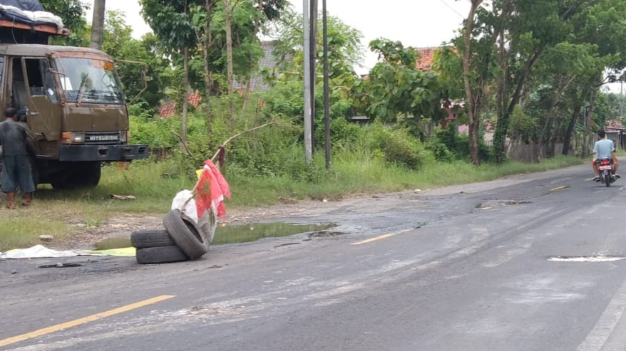 Jalan Rusak Berlubang, Warga Pasang Ban Bekas Cegah Laka Lantas