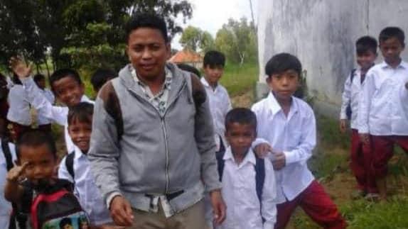 Kisah Eky Wahyudi, Guru Yang Ikhlas Mengajar Hingga Ke Polosok Desa