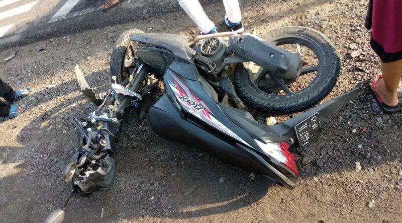 Kecelakan Lalulintas Terjadi di Depan Kantor Kecamatan Jrengik Sampang - Breaking News