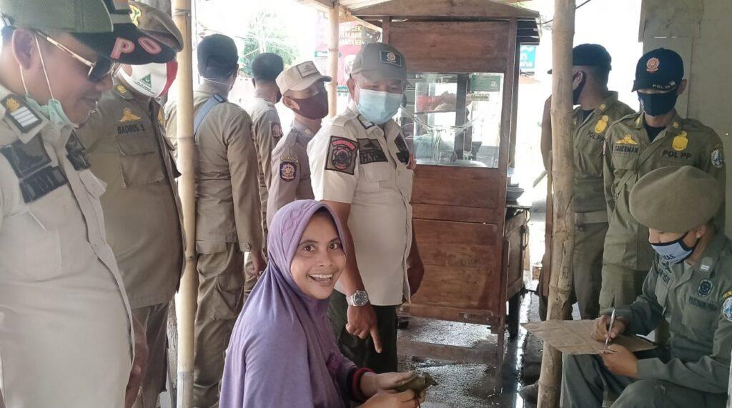 Cipta Kondisi Ramadhan, Satpol PP Sampang Tertibkan Rombong dan Pedagang Nakal