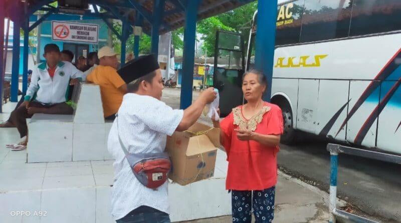 Peduli Sesama, Aliansi Jurnalis Sampang Berbagi Takjil Buka Puasa