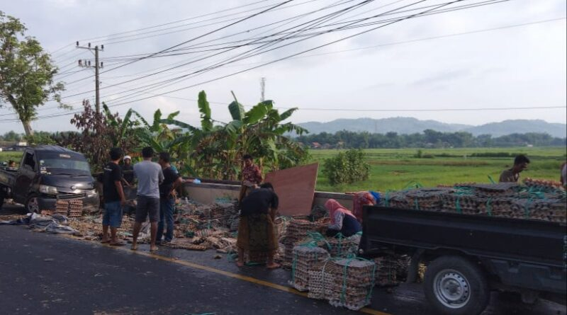 Sopir Pick Up Mengantuk, Ribuan Telur Ayam Pecah Berserakan di Jalan