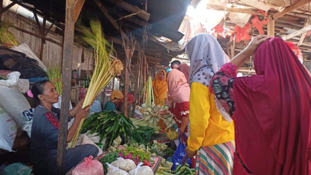 Lebaran Ketupat, Penjual Janur Kelapa di Sampang Raup Berkah