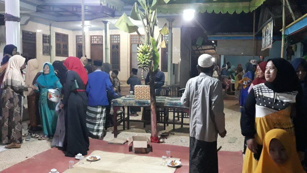 Unik ! Tradisi Tanam Pohon Pisang Saat Resepsi Pernikahan di Sampang Madura