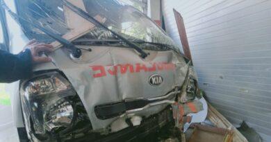 Sopir Mengantuk, Mobil Ambulance Tabrak Warung