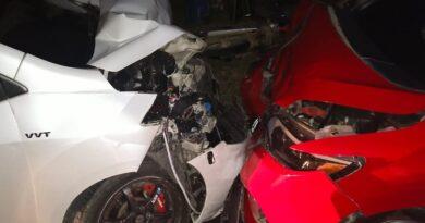 Akibat Kelalaian Pengemudi R2, Dua Mobil Adu Banteng di Sampang