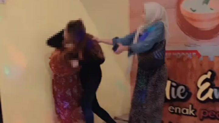 Viral di WhatsApp, Dua Orang Wanita Berkelahi Sebab Persoalan Suami
