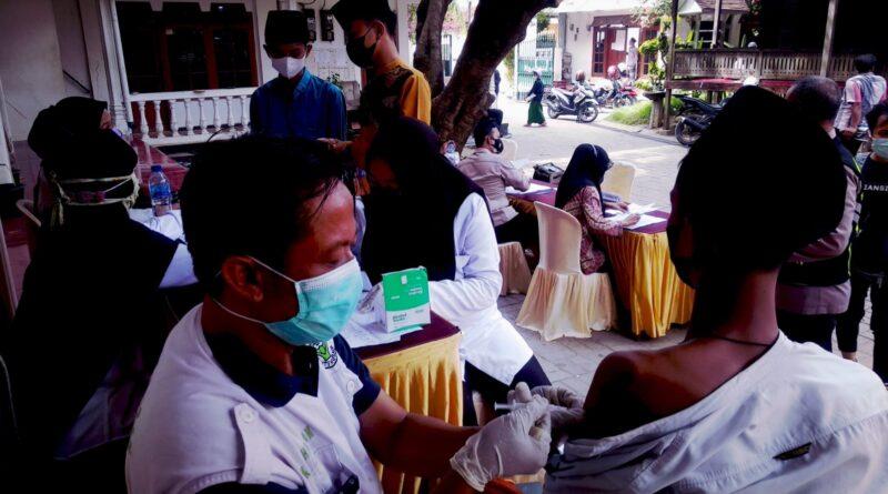 Ratusan Santri Pondok Pesantren Assirojiyyah Sampang Ikuti Vaksinasi Covid-19