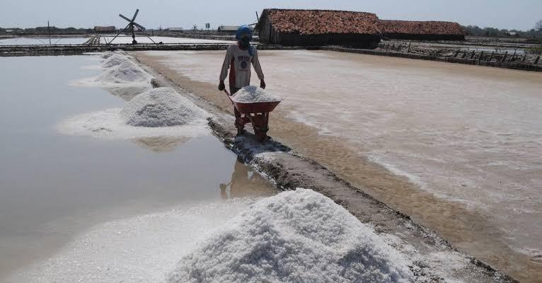 Sampang Diguyur Hujan, Petani Garam Batal Panen