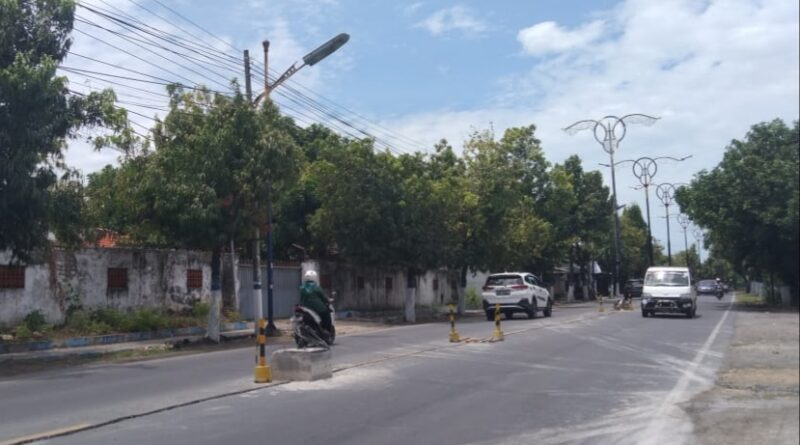 Puluhan PJU Jalan Diponegoro Sampang Tanpa Median Jalan, Berikut Penjelasannya !